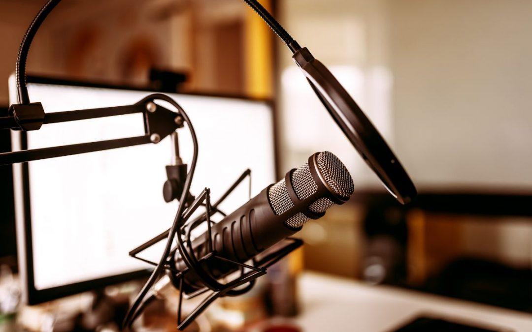 Podcast mikrofon och dator skärm