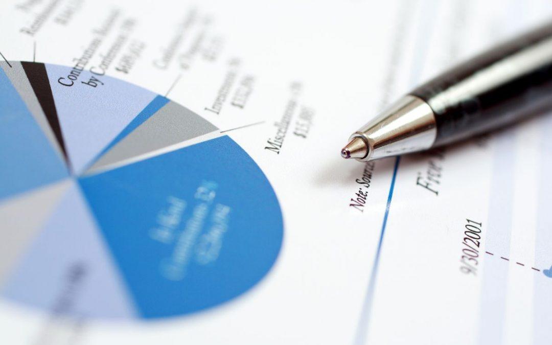 Ekonomisk rapport med bläckpenna